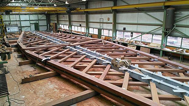 houtenbrug in hal